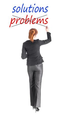 tachado: Muchacha en un traje de negocios de escribir la palabra