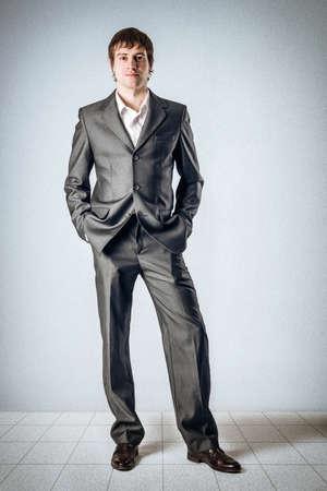 Business-Mann in den Raum und die Hände in den Taschen Standard-Bild - 24495273