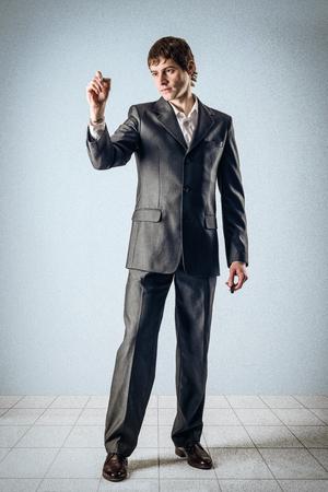 Geschäftsmann schriftlich auf einem transparenten Wand Standard-Bild - 24495276