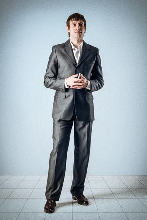 Business-Mann in den Raum und die Finger in das Schloss Standard-Bild - 24495278
