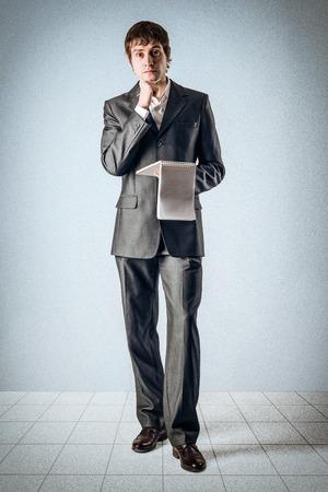 Geschäftsmann mit einem Notizbuch Standard-Bild - 24495280