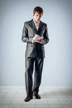 Business-Mann mit einem Notebook Standard-Bild - 24495295