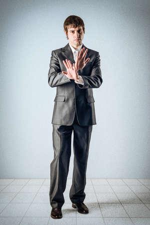 Business-Mann und die Hände über Kreuz Standard-Bild - 24397661