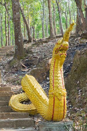 south east asian: serpiente gigante de oro, Naka, al sureste asi�tico del drag�n en una escalera del templo, tailandia