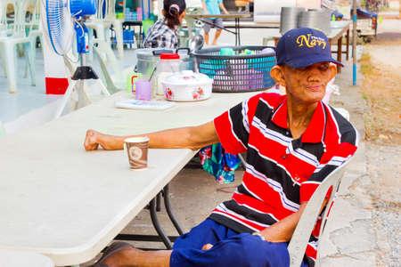 lepra: Chiang Rai, Tailandia - 20 de marzo: no identificados hombre lepra asi�tico con tap�n para beber caf� en vaso de papel el 20 de marzo, 2016, Chiang Rai, Tailandia.