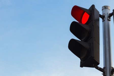 luz roja: de color rojo en el semáforo con un hermoso cielo azul claro en el fondo.
