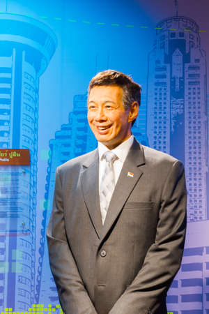 BANGKOK, THAILAND - DECEMBER 19: Wax figure of the famous Lee Hsien Loong from Madame Tussauds on December 19, 2015 in Bangkok, Thailand. 免版税图像 - 61437571