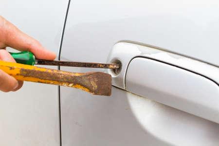 Foto horizontal de primer cerrajero se abrirá bronce coche puerta blanco destornillador - selectivo para centrarse en clave de espera. Foto de archivo