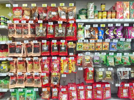 legumbres secas: Chiang Rai, Tailandia - 28 de octubre: varias marcas de legumbres secas en el envasado en supermercado estante o repisa en Big C Supercenter el 28 de octubre, 2016, Chiang Rai, Tailandia.