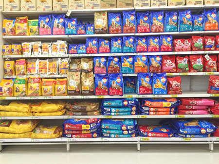 Chiang Rai, Tailandia - 28 de octubre: alimentos DOF ??supermercado animales nn estante o repisa en Big C Supercenter el 28 de octubre, 2016, Chiang Rai, Tailandia. Foto de archivo - 64768338