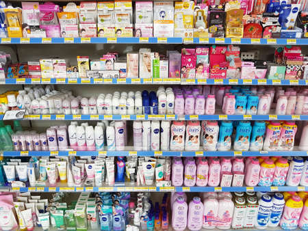 CHIANG RAI, THAILAND - NOVEMBER 27: various brand of poders and cosmetics for sale on supermarket stand or shelf in Seven Eleven on November 27, 2016 in Chiang rai, Thailand 報道画像