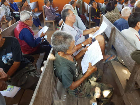 lepra: CHIANG RAI, THAILAND - DECEMBER 19 : Unidentified asian old people suffering from leprosy reading and waiting for treatment on December 19, 2016 in Chiang rai, Thailand.