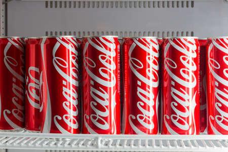 Kühlschrank Coca Cola : Chiang rai thailand 4. april: aluminiumdosen rotes coca cola im