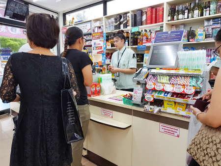 CHIANG RAI, THAILAND - JUNI 1: Nicht identifizierte Leute warten auf die Zahlung von Geld an der Kasse bei einem 7-Eleven Shop am 1. Juni 2017 in Chiang rai, Thailand.
