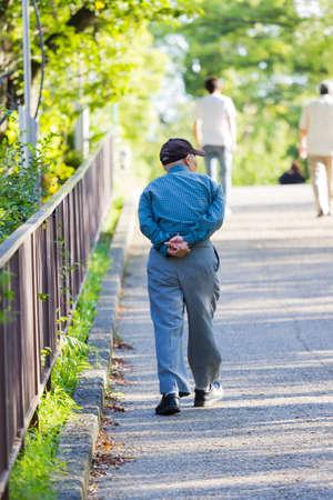 Viejo hombre asiático solitario caminando en el parque Foto de archivo - 88919189