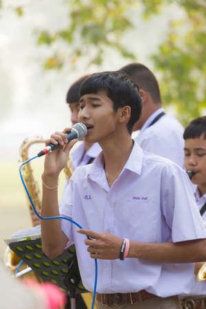 NAKHON SAWAN, THAILAND - FEBRUARY 17: Unidentified male asian student singing at walking street on February 17, 2018 in Nakhon sawan, Thailand 에디토리얼
