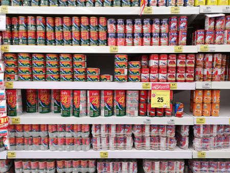 CHIANG RAI, THALANDE - 15 FÉVRIER : diverses marques de poisson en conserve sur étagère vendues en supermarché le 15 février 2019 à Chiang rai, Thaïlande.