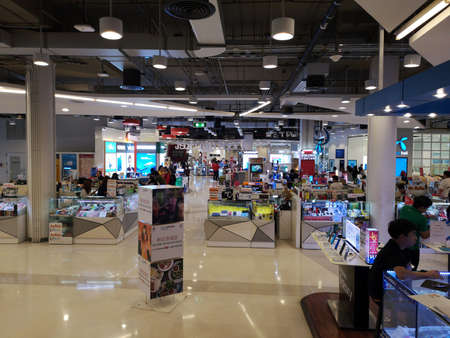 CHIANG RAI, THAILANDIA - 7 MARZO 2019: persone non identificate che camminano per negozi di telefoni cellulari in grandi magazzini il 7 marzo 2019 a Chiang rai, Thailandia.