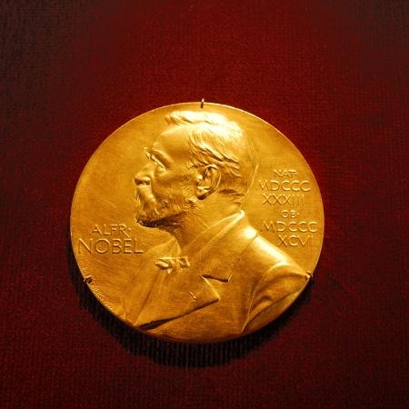 メダリオン アルフレッド ・ ノーベルの彼はスウェーデンの化学者、エンジニア、改新者、および兵器メーカー 写真素材 - 25181988