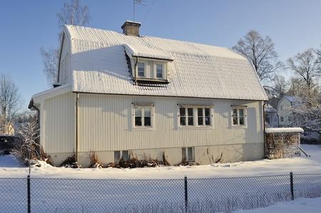clase media: Sueco casa de clase media en invierno Foto de archivo
