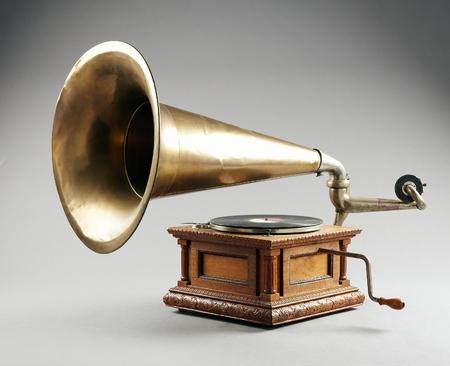 Gramophone antique isolé sur fond gris