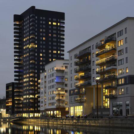 Appartementenblok in de avond, omgeving van Stockholm Stockfoto