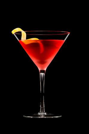 copa de martini: C�ctel cosmopolita en agradable color rojo delante de un fondo negro