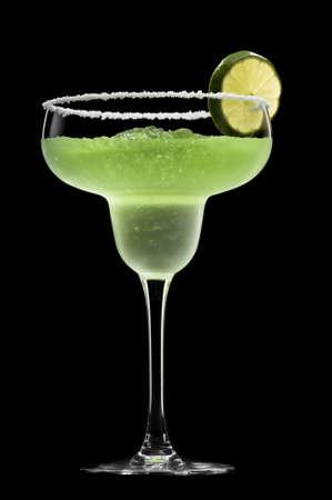 coctel margarita: Margarita verde delante de un fondo negro con guarnici�n fresca