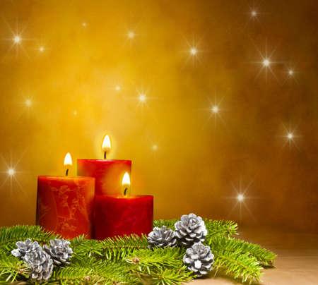 bougie: Trois bougies d�coraient dans une d�coration de No�l festive, avec espace de publicit� texte