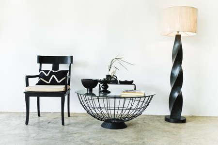 Hedendaagse zitplaatsen combinatie in zwart met elegante kussens en details Stockfoto