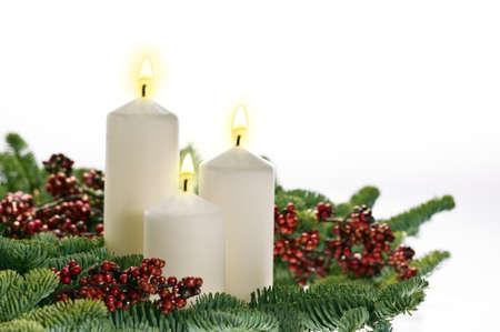 corona de adviento: Tres velas en el establecimiento de llegada real con las ramas del árbol de Navidad