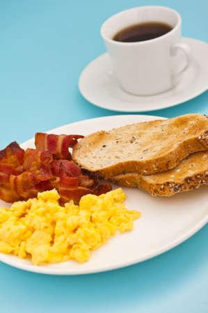 scrambled eggs: Desayuno americano, bacon y huevos revueltos, con una taza de café