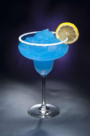 Modrá margarita koktejl před různých barevných prostředí