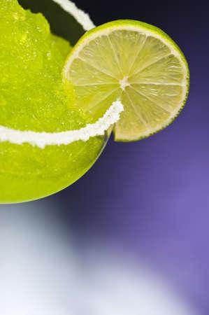 margarita cocktail: Classico cocktail margarita di fronte a differenti sfondi colorati Archivio Fotografico