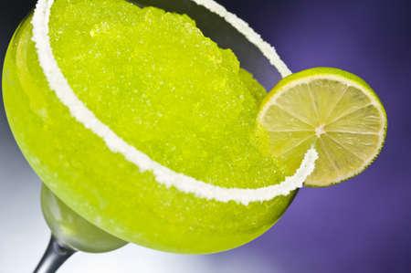 margarita cocktail: Clásico margarita cóctel frente a diferentes fondos de color Foto de archivo