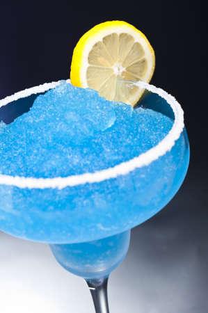 margarita cocktail: Blu Cocktail margarita di fronte a differenti sfondi colorati