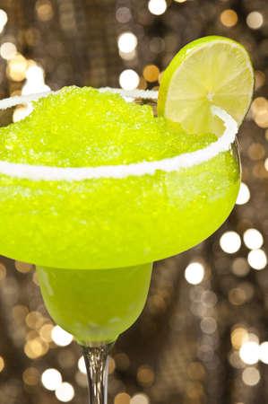 Classic margarita koktejl před různých barevných pozadí