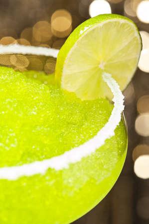 ice crushed: Classic Margarita cocktail voor verschillende gekleurde achtergronden