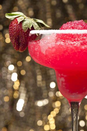 margarita cocktail: Strawberry Margarita Cocktail di fronte a differenti sfondi colorati