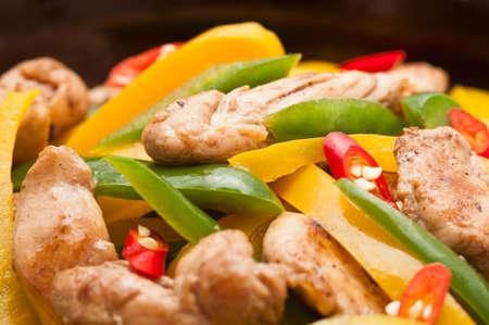 arroz chino: Pollo frito con pimiento rojo sobre mantel rodar en un estudio