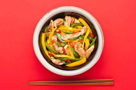 arroz chino: Pollo frito con pimientos de mantel rojo grabar en un estudio