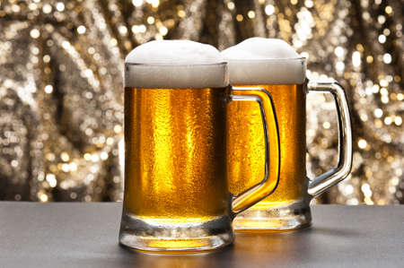 draught: Beer mug in front of a glittering background with a cool beer