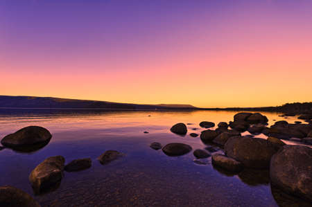 Západ slunce nad jezerem krásný zářící slunce efekt