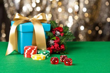 fichas casino: Dados rojos y fichas de p�quer en la fijaci�n de Navidad