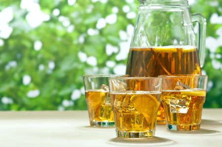 teepflanze: Iced Lemon Ice Tea in einem Sommer-Einstellung Lizenzfreie Bilder