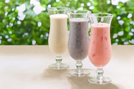 Borůvka, jahoda a banán, mléčný koktejl s čerstvým ovocem Reklamní fotografie