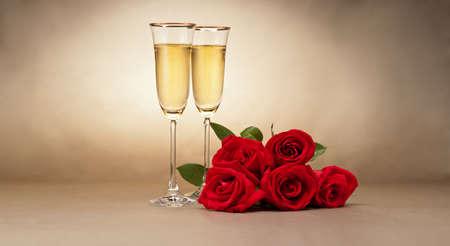 Verres de champagne et des roses en face de fond beige Banque d'images - 17234543