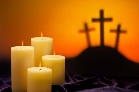 viernes santo: Tres cruces simbólicas de la crucifixión de Jesús en el Gólgota y las velas de la esperanza