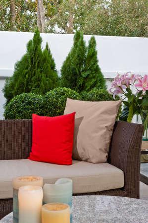 Outdoor coin salon avec canapé en rotin patio agréable au coucher du soleil Banque d'images - 18461247