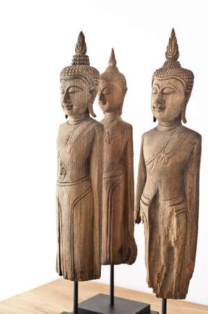 cabeza de buda: Buda estatuilla delante de una pared blanca Foto de archivo